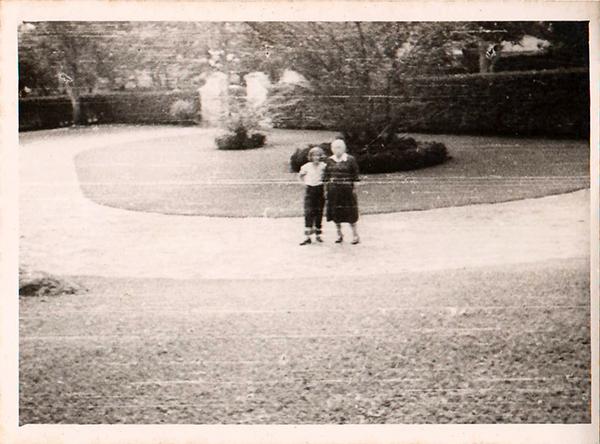 Con mi abuela Carmen Teresa Martínez Madriz, 1955.