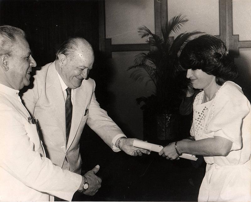 Miguel Otero Silva entregando el premio de cuentos de El Nacional, 1984.