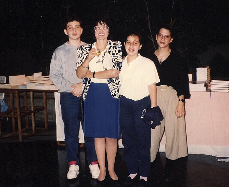 Gastón Miguel, Isabel y su hermana Mercedes Carvallo en la presentación de El exilio del tiempo, 1990.