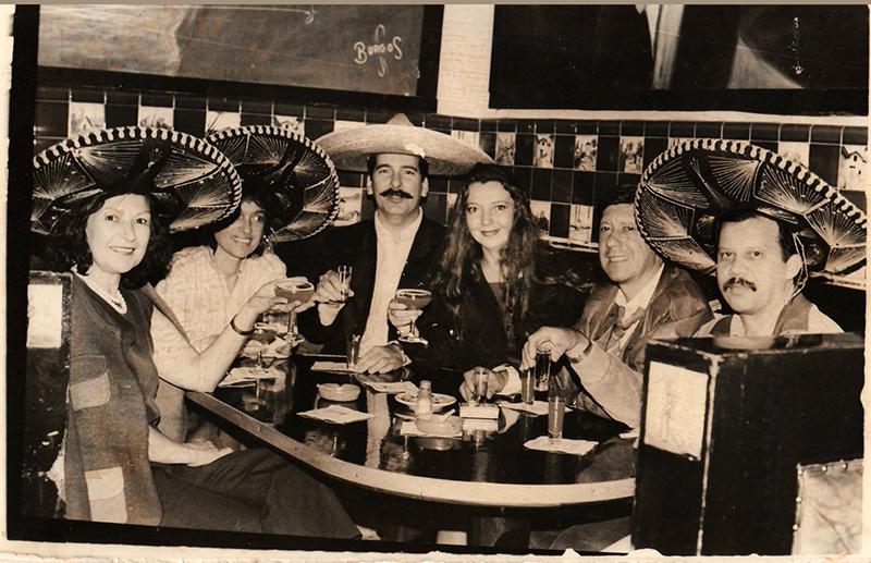 Con Mary Ferrero, Rafael Arráiz Lucca, Katyna Henríquez, Ednodio Quintero y Luis Barrera Linares en la plaza Garibaldi. Feria Internacional del Libro, México, 1992.