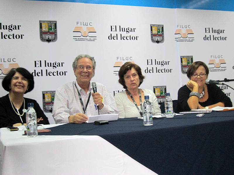 Con María Fernanda Palacios y Elías Pino Iturrieta en el homenaje a Michaelle Ascencio, Filuc 2012.